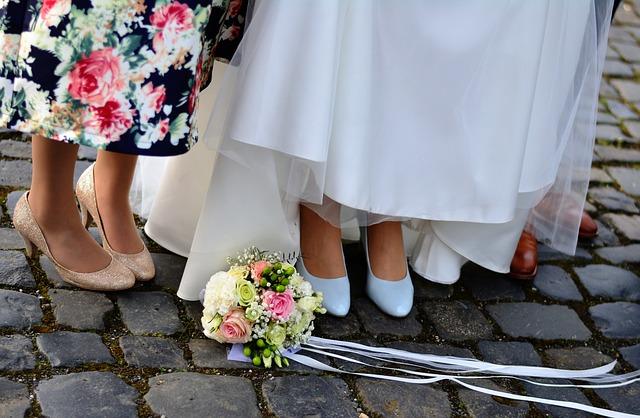 svatební kytice na zemi.jpg