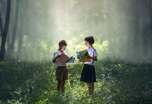 dívka a chlapec v uniformě
