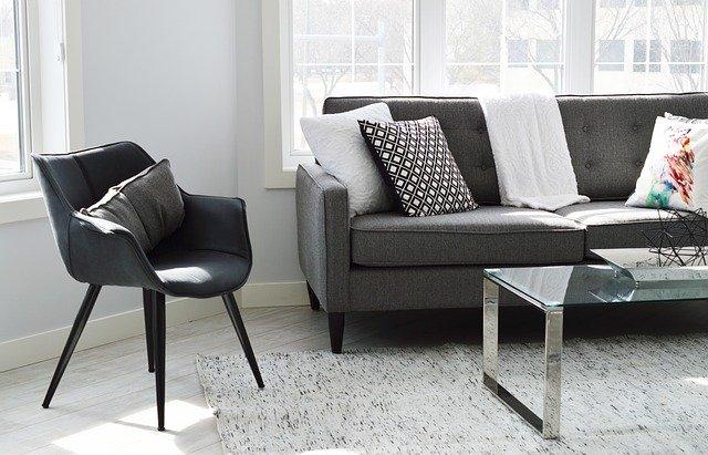 Obývací pokoj, ve kterém se nachází křeslo, gauč, okno.