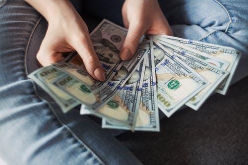 peníze v ruc
