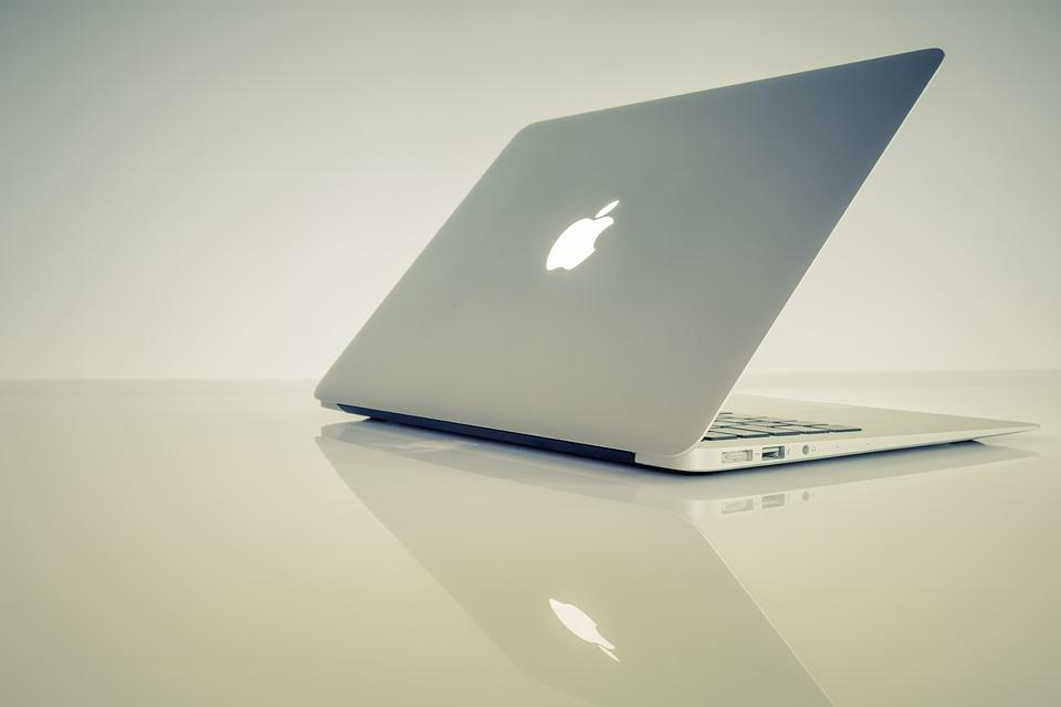 pootevřený notebook